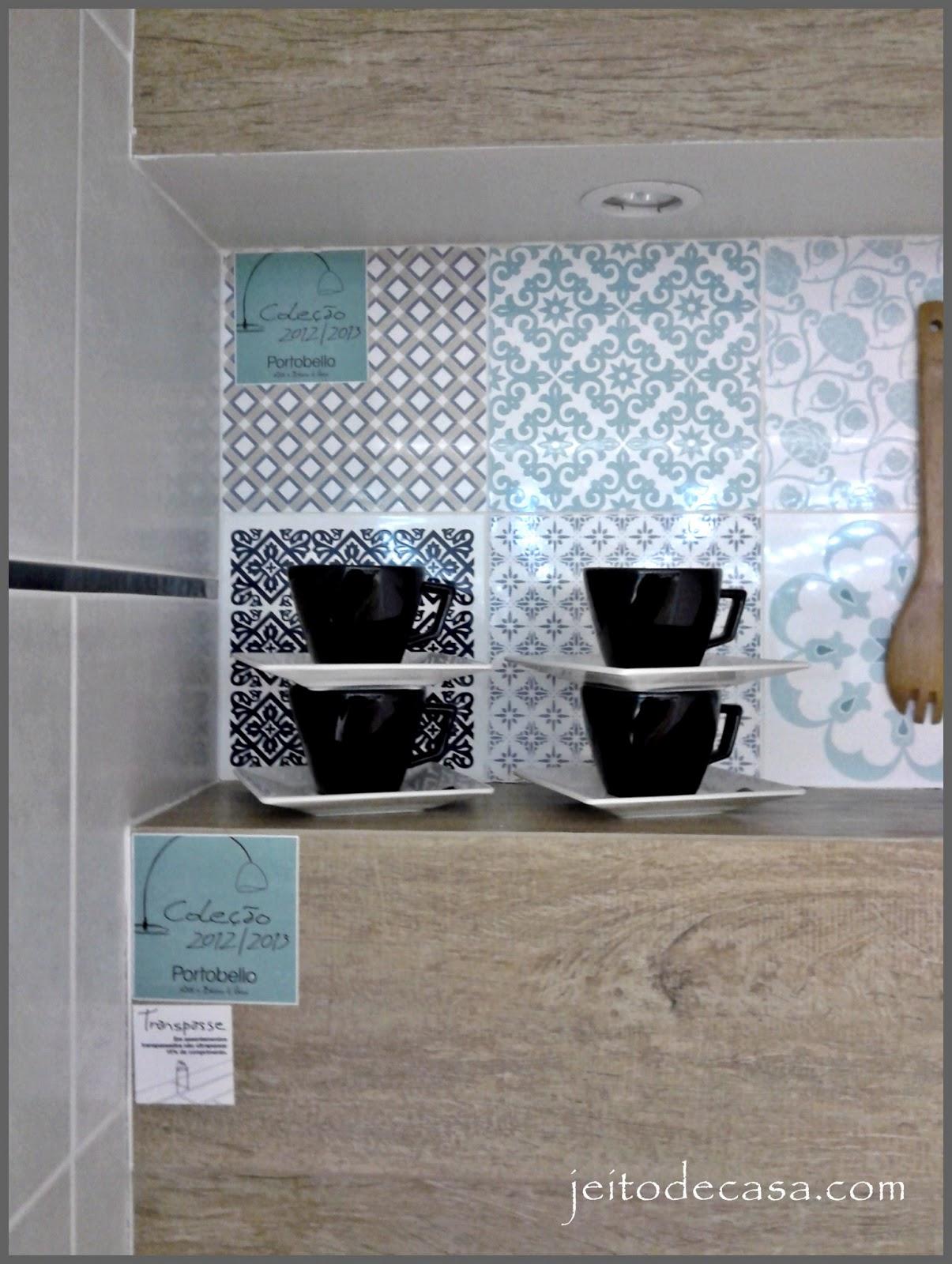 Combinado com o porcelanato que imita madeira da mesma empresa formam  #5F503D 1205x1600 Banheiro Com Azulejo Patchwork