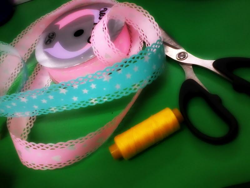 Bahan utama ::Reben ( biru&pink ), benang, gunting.