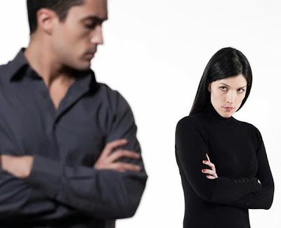 هل حان وقت الانفصال عن حبيبتك  - امرأة رجل حزينان متعاركان مشاكل - man woman fighting