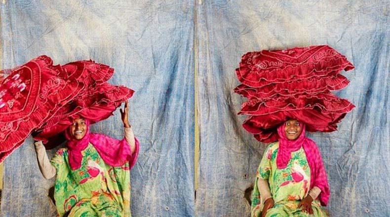 Fotógrafo viaja a los cuatro continentes para documentar a las personas que llevan cargas encima de sus cabezas