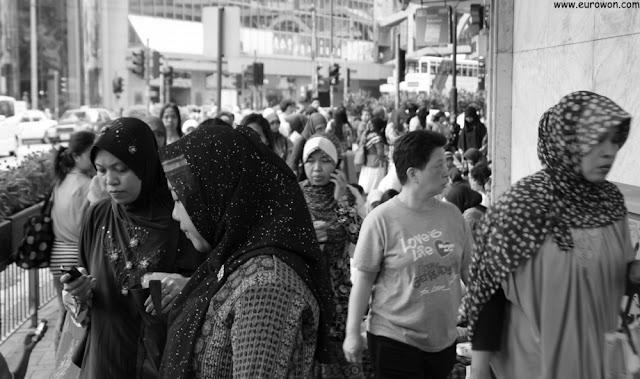 Mujeres indonesias caminando por Hong Kong