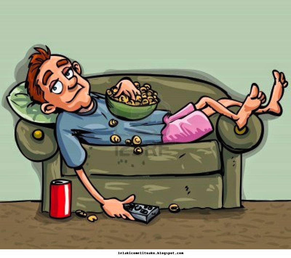 Budak Lelaki malas berbaring di sofa kerusi sambil tengok tv