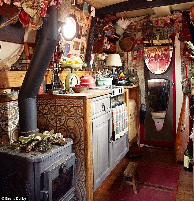 Moon to moon the houseboat of emma freemantle for Narrowboat interior designs