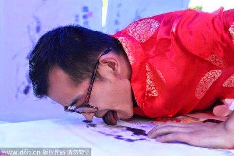 Han Xiaoming Melukis Dengan Lidahnya http://asalasah.blogspot.com/2015/01/pria-ini-melukis-menggunakan-lidahnya.html