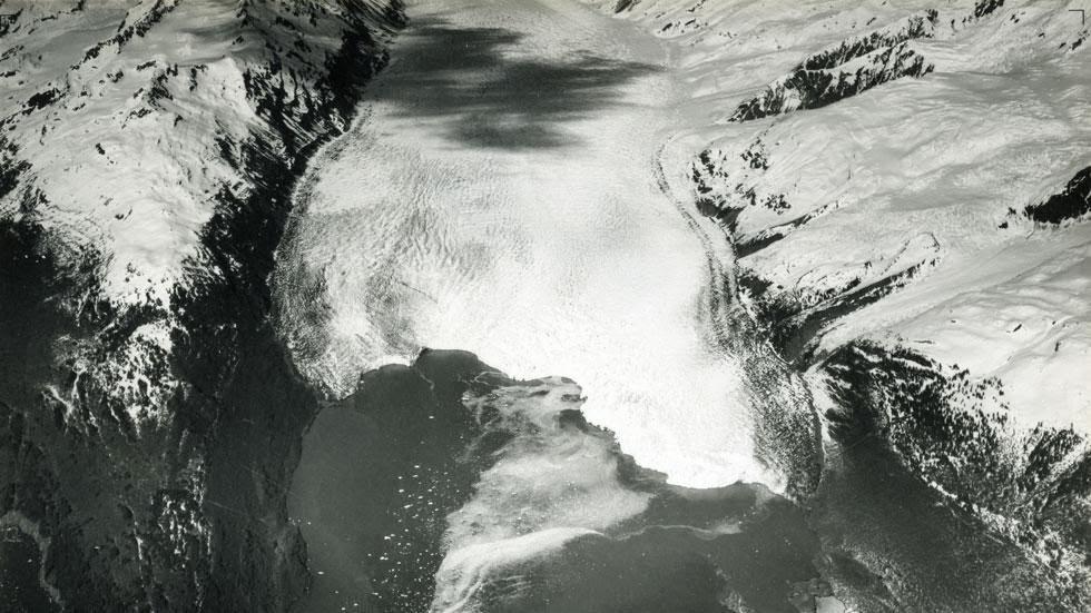 Las huellas del cambio climático en Alaska durante más de 100 años Yale+Glacier+and+Inlet+(1937)+-+This+is+Alaska's+Muir+Glacier+&+Inlet+in+1895.+Get+Ready+to+Be+Shocked+When+You+See+What+it+Looks+Like+Now.