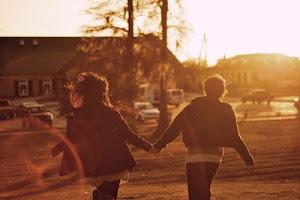 -¿A dónde vamos? +A ser felices.