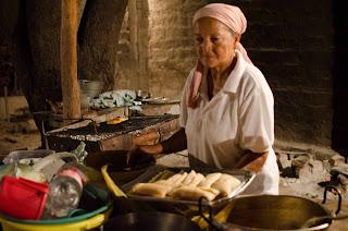 Chenta prepara gallina criolla y bollo de maíz verde, en Fonseca. Foto: Jorge Bela