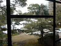 窓の外、雪つりが長浜湖北を思わせる