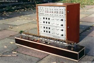 El Senatstrautonium de Jürgen Hiller fue el primer instrumento basado directamente en el de Oskar Sala