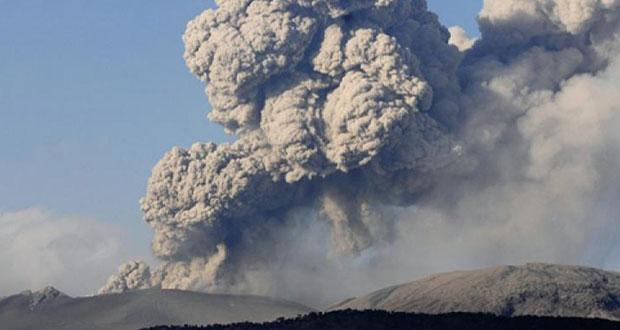 Βρυχάται το ηφαίστειο Αγκούνγκ στο Μπαλί και ο καπνός του υψώνεται τέσσερα χιλιόμετρα
