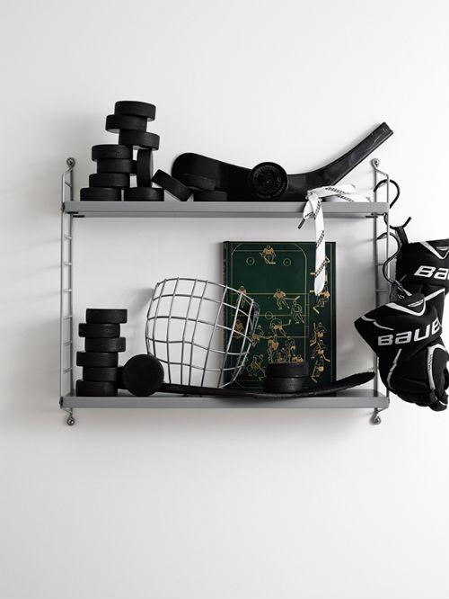 Regal mit schwarzen Accessoires dekoriert