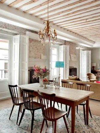 piso con vigas vistas de madera techo