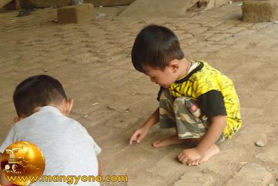 """Anak saya """"Gigin"""" baju kuning bermain tanah"""