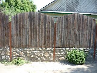 Деревянный забор с каменной основой. Фото 22