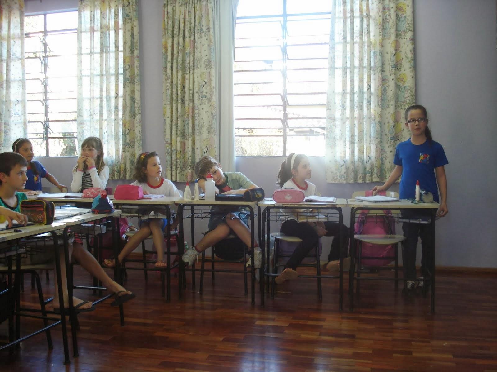 A aluna Diane agradecendo a presença da diretora na   sala