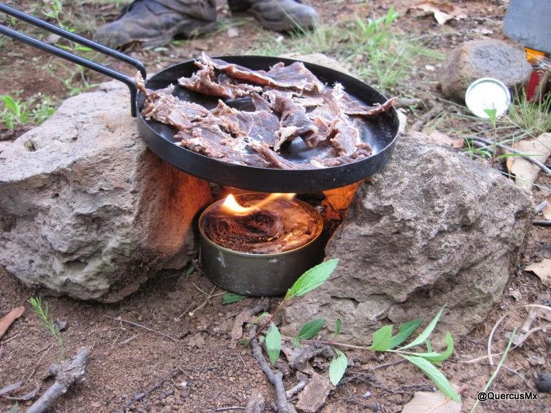 Cocinando con lata de atún, cartón y cera - Cerro Viejo