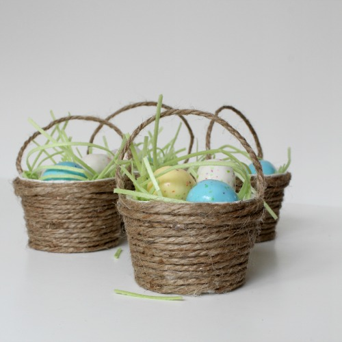 http://www.athomeonthebay.com/2013/03/mini-easter-basket-favors.html