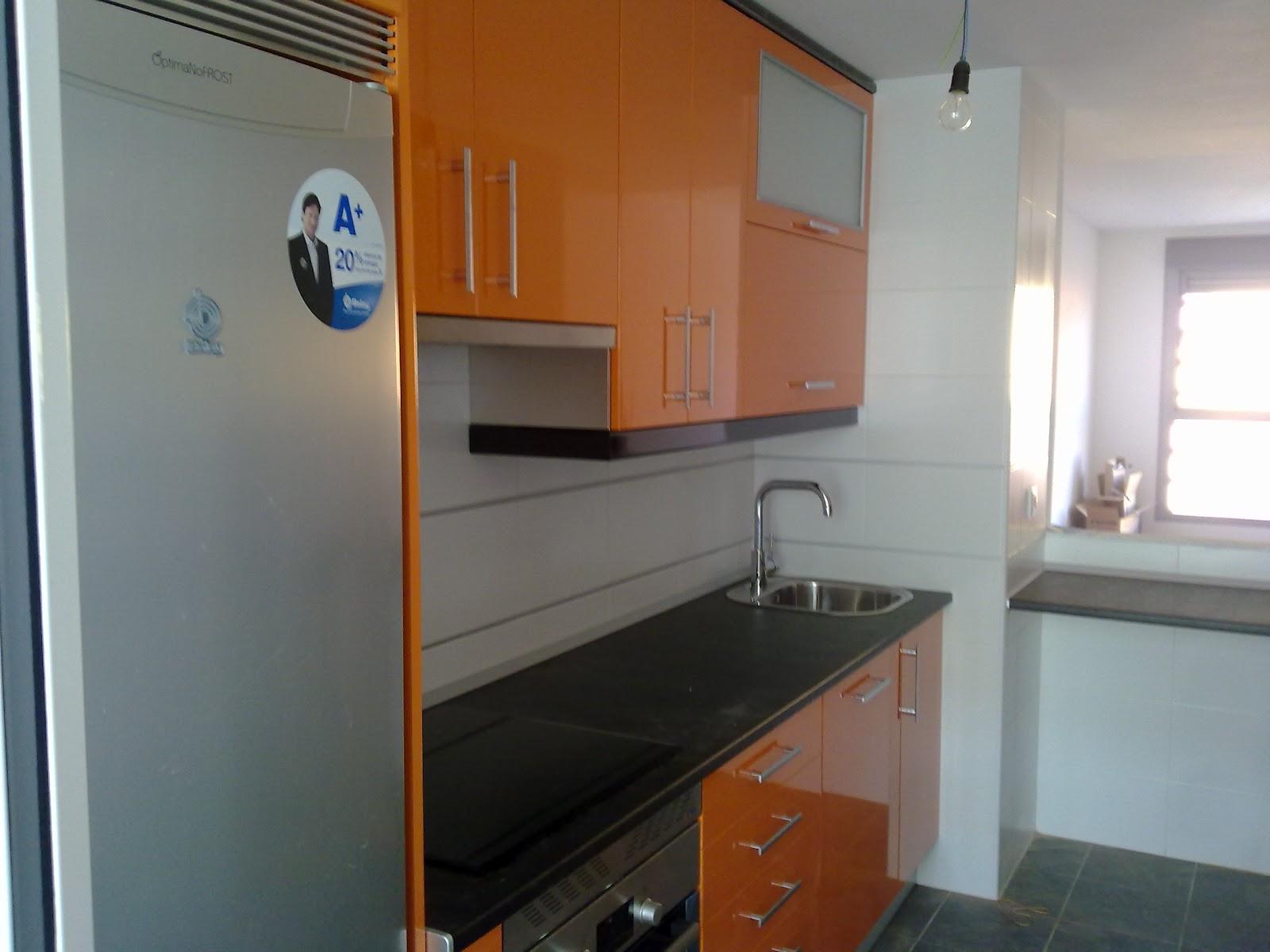 Laminado alto brillo naranja remates y encimera negro - Remates encimeras cocinas ...