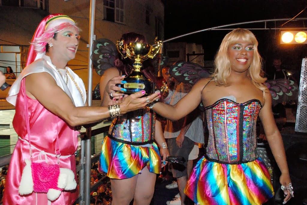 Presidente do bloco, Aranha entrega troféu a uma das desfilantes premiadas