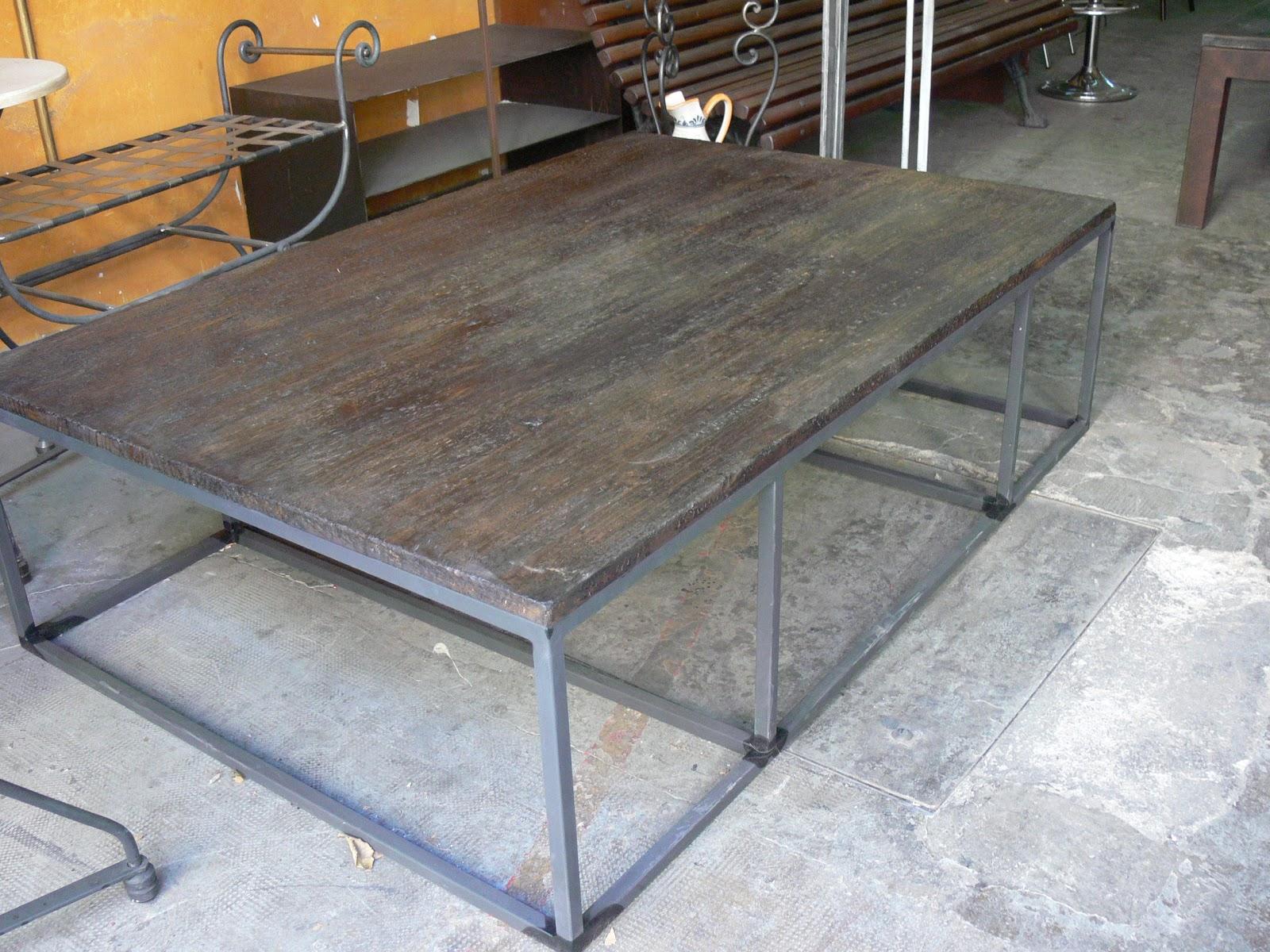 Mesas y sillas en metal de estilo industrial en hierro y - Mesas de centro madera y hierro ...