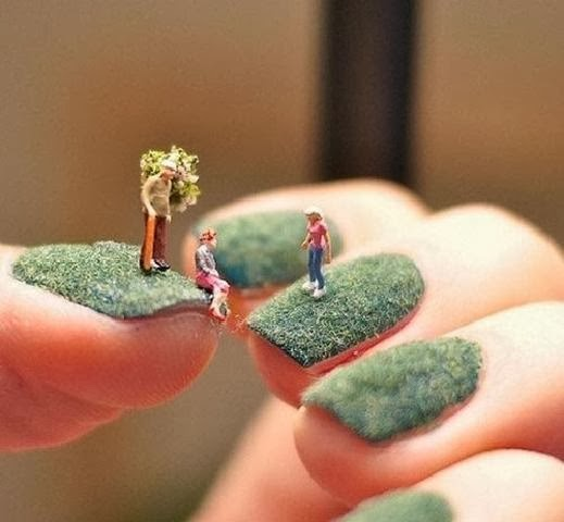 بالصور: فنانة تنشأ عالما صغيرا فوق طلاء الاظافر! - small world on finger nails paint