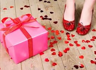 10 هدايا فالنتاين رائعة : خصيصًا للعلاقات بعيدة المدي  - بنت امرأة ترتدى حذاء احمر هدية - gift present valentines
