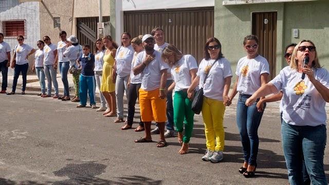 ABRAÇO SIMBÓLICO MARCOU A CAMINHADA DO 18 DE MAIO EM PROL DOS MENINOS E MENINAS