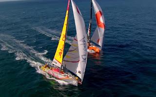 dos veleros haciendo una carrera vistos desde arriba