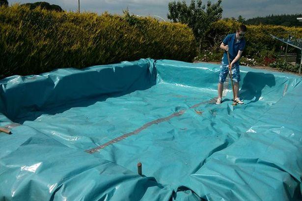 el proceso es similar al que han seguido estos chicos irlandeses para fabricar esta piscina con balas de paja y la misma lmina de plstico - Como Construir Una Piscina
