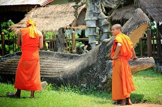 Les moines bouddhistes dans le parc de Bouddha - Vientiane