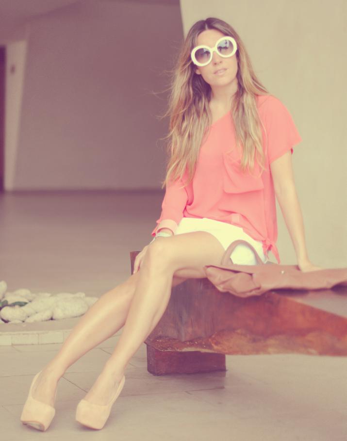 Look con top coral, falda blanca y zapatos de tacón nude, en blog de moda Cancún, México