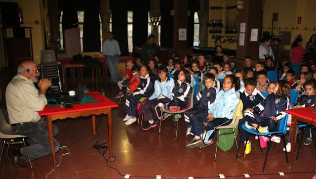 Jesus Arana  presenta el audiovisual a los escolares