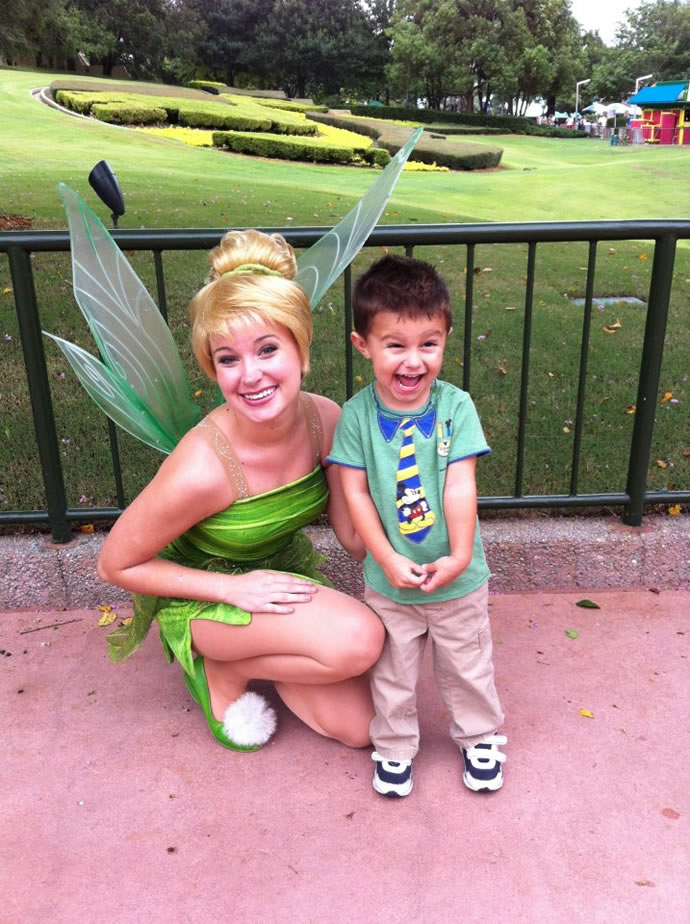 Moleque vibra ao ser fotografado com a Sininho (Tinkerbell) na Disney