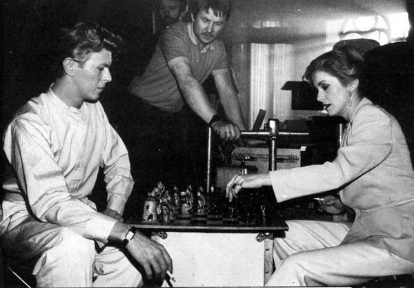 Quand David Bowie jouait aux échecs avec Catherine Deneuve. C'était sur le tournage du film Les Prédateurs en 1982