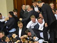بالفيديو: عراك شديد واشتباكات بالأيدي بين نواب البرلمان في أوكرانيا