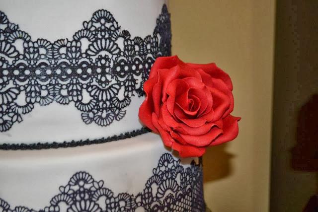 Tarta tres pisos Boda Rosas Rojas y encaje de azucar Sugarveil  sugar dreams  Gandia elegante fondant moderna sofisticada dia especial celebracion comunion aniversario oro plata wedding cake