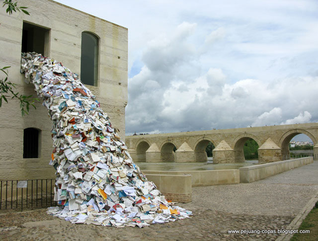 Air terjun ini terbuat dari ribuan buku bekas yang sangat indah