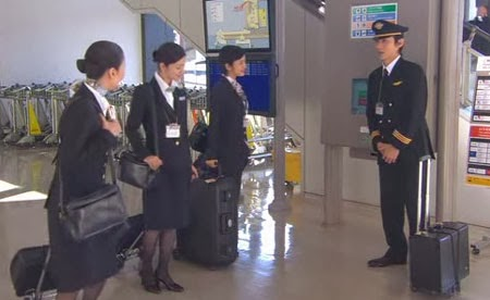 Mikami, Asou and Misaki talk to a sheepish Tsutsumi in the lobby.