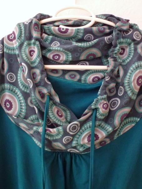 türkis farbene Shelly mit Maxikragen und Mandala Stoff