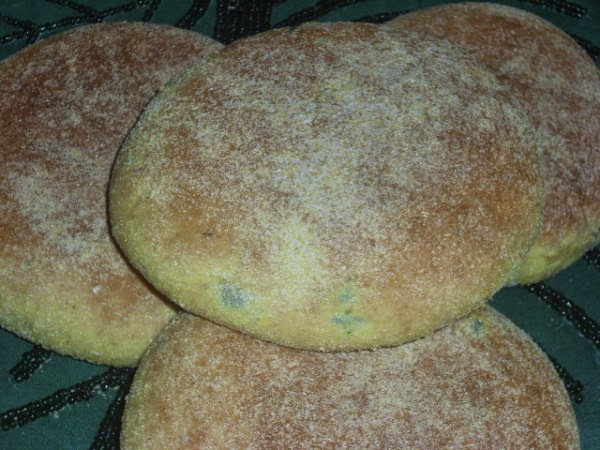 الخبز بالزيتون الاسود و الزعتر