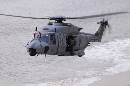 NH-90 GSPA-01 con armamento en la puerta lateral del helicóptero