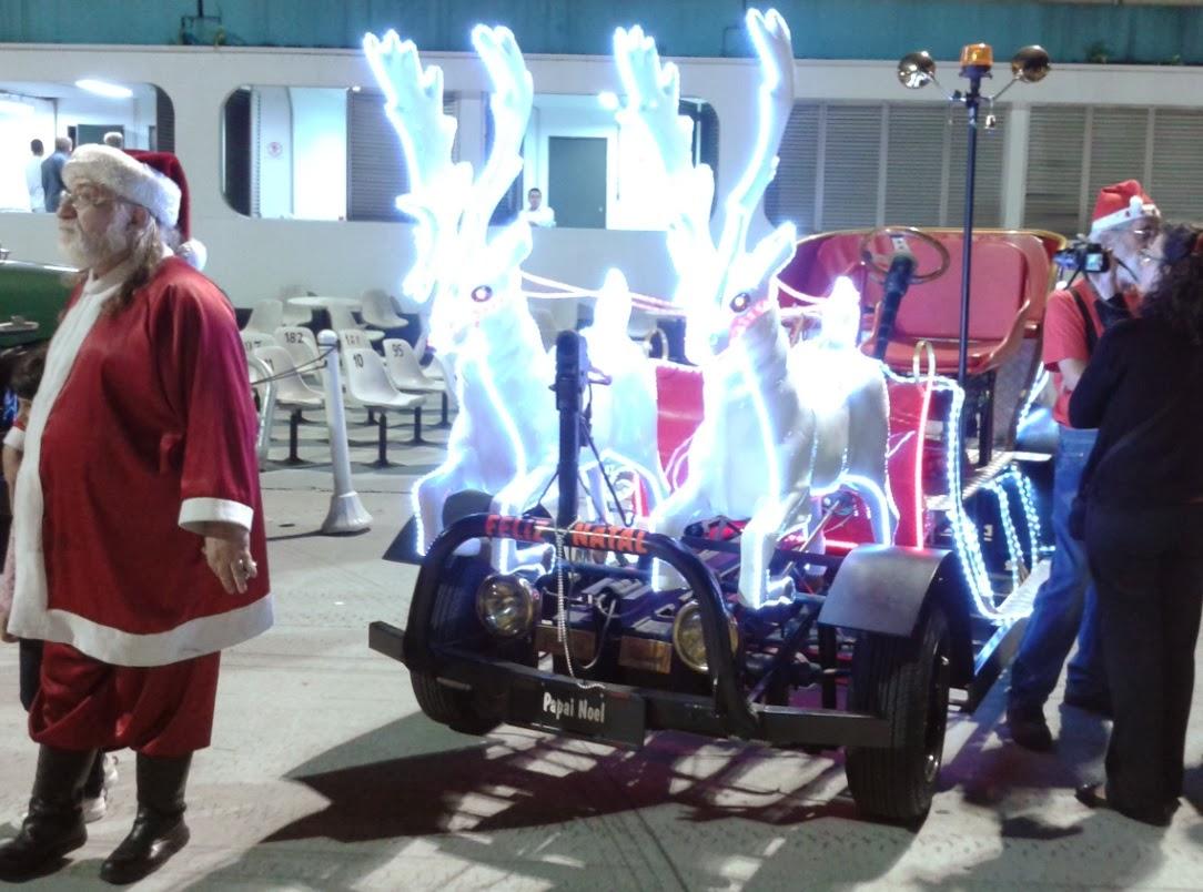 O Papai Noel e suas renas sobre rodas.