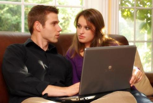 الفيس بوك وتأثيره على علاقتك وحياتك الزوجية - رجل وامرأة يستخدمان الكمبيوتر اللابتوب - man and woman using computer laptop
