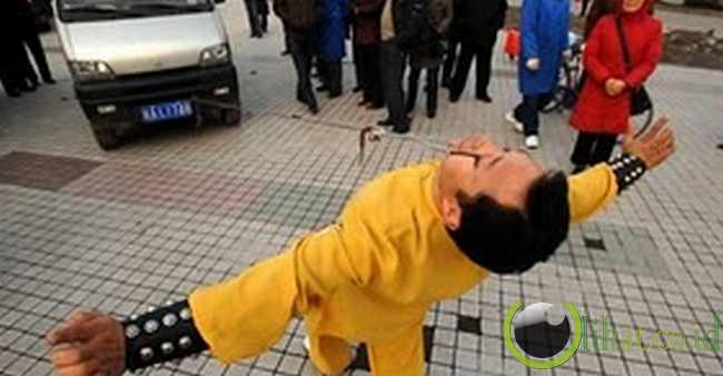 Manusia yang dapat menarik minivan dengan menggunakan kelopak matanya