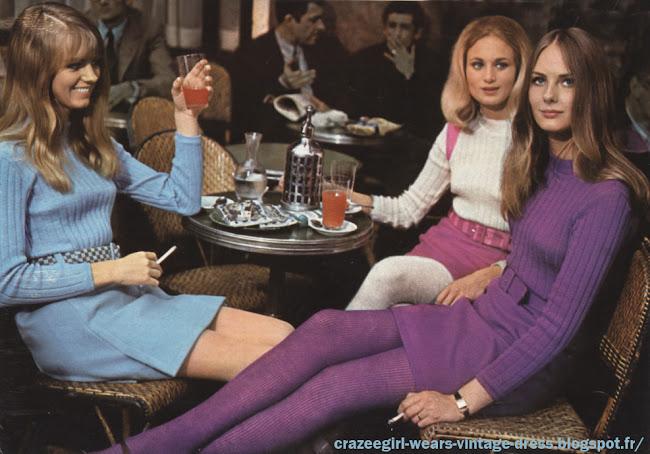 """Les Mini Jupes se risquent dans les rues de Paris - 1966 Dans le Paris des fêtes de Pâques , envahi par les Anglaises , les mini jupes testent le badaud .     « Lundi : pourquoi pas moi ? Après tout je n'ai que dix-sept ans et si je n'ose pas maintenant, je n'oserai jamais... J'ose ? Je n'ose pas ? J'ai feuilleté les magazines, Françoise Hardy a bien osé elle. Harper's Bazaar, Carmel Snow  le couturier Christian Dior Je suis quand même un peu plus grosse que Françoise, et maman ne voudra jamais. Jeudi ; j'ai osé. Après tout le short ce n'est pas tellement différent, un copain m'a demandé « Tu as fait une économie de tissu ? » J'ai souri. « Non, ai-je répondu, je vais faire du tennis. » Il y a eu un ou deux coups d'œil désapprobateurs. J'ai tiré sur ma jupe comme si je voulais qu elle s'allonge. Et puis j'ai regardé les autres : sont-elles mieux que moi ? Après tout j'ai seulement un peu froid aux jambes. Samedi je suis allée danser au « Cherry Lane ». Là je n'ai pas eu le moindre complexe, je n'étais plus la seule. Tout de même je suis fière. J'ai vraiment l'impression d'avoir été le pionnier de quelquç chose ! »   Ceci est l'extrait d'un journal intime d'une « mini-jupe-girl ». Nous vous le livrons tel qu'il fut écrit sans aucun commentaire. Suzy , une cover girl londonnienne passe devant les """" Deux Magots """" sur une bicyclette dont les roues ont rétréci comme sa jupe . Les Parisiens n'avaient pas été aussi étonnés depuis le New-Look . Entre Paris et Londres, le match est ouvert . Pour l'instant l' Angleterre gagne  de quelques centimètres . Mais en France , l' exemple des mini jupes est venu d'en haut : tout à commencé cet hiver avec les quelques cinq cents modèles des grands couturiers dont le plus court était au genou Une nuit au Cherry Lane à Saint Germain Des Près , les mini jupes sont à l'honneur . A la question """"Les porteriez vous à midi ? """" , la moitié des danseuses a répondu """"seulement le soir !"""" .Une élégante s'aventure rue Lepic. Sur elle, la robe ultra-m"""