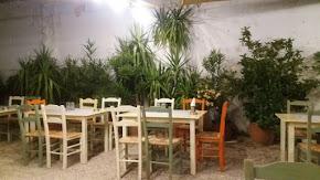 """Ο """" Μπακαλόγατος """" στην Καισαριανή  μέσα ένα κήπο με ευωδιές του νυχτολούλουδου και του γιασεμί"""