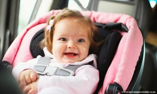 Image bébé fille en voiture
