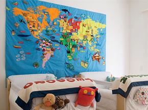 Quarto infantil com mapa estilizado na cabeceira da cama