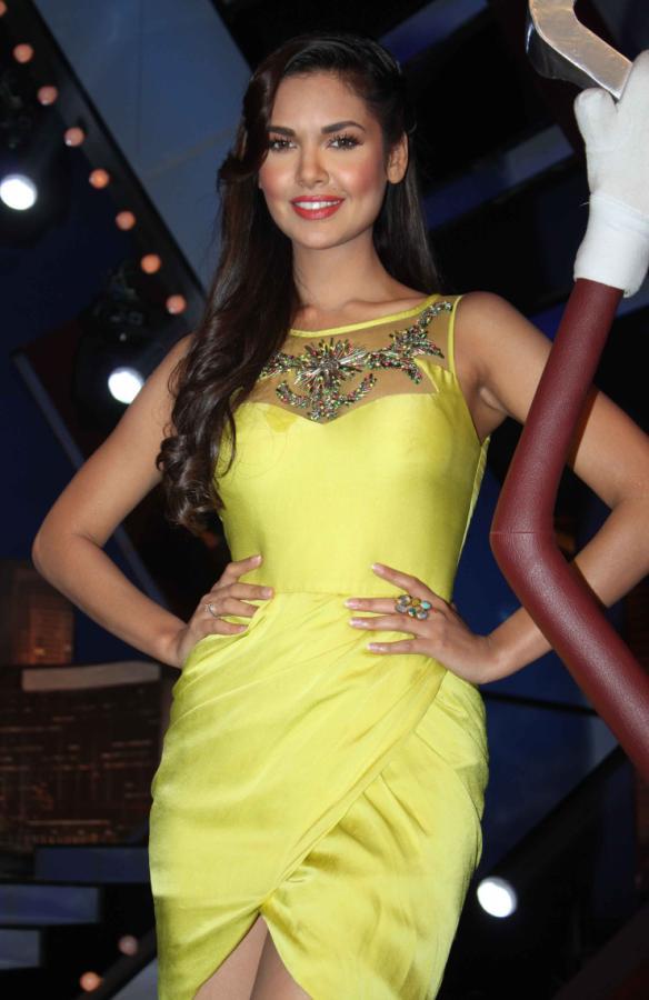 esha gupta on the sets of laugh india laugh actress pics