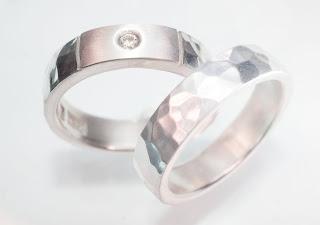 Hamrade silverringar och en diamant